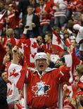 <p>Болельщик сборной Канады подбадривает команду во время матча против Германии на Олимпийских играх в Ванкувере 23 февраля 2010 года. Сборная Канады по хоккею вышла в четвертьфинал Олимпийских игр, победив Германию, и теперь готовится к схватке с командой России. REUTERS/Hans Deryk</p>