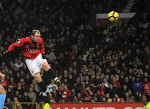 <p>Rooney cabeceia contra o West Ham United em Manchester. Dois gols de cabeça do atacante Wayne Rooney levaram o Manchester United a uma vitória por 3 x 0 sobre o West Ham United no estádio Old Trafford nesta terça-feira. Com o resultado, o atual campeão inglês ficou a um ponto do líder Chelsea.23/02/2010.REUTERS/Nigel Roddis</p>