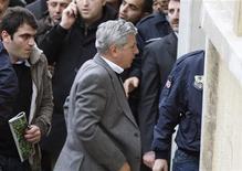 <p>Отставной генерал турецкой армии Озер Карабулут входит в здание суда в Стамбуле 23 февраля 2010 года.Турецкий суд предъявил семерым высокопоставленным военным обвинения в антиправительственном заговоре и постановил держать их в заключении в ожидании процесса. REUTERS/Osman Orsal</p>
