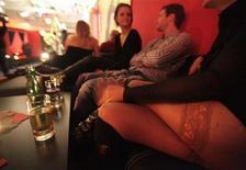 <p>Гости наслаждаются атмосферой секс-клуба, открытого в галерее искусств The Secession в Вене, 23 февраля 2010 года. Галерея искусств в Вене на два месяца открыла ночной клуб для свингеров, являющийся частью проекта, направленного на провоцирование обсуждения скандалов в искусстве. REUTERS/Herwig Prammer</p>