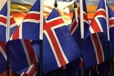 <p>Флаги Исландии в сувенирном магазине в Рейкьявике 27 января 2009 года. Еврокомиссия, исполнительный орган Европейского союза, выпустила в среду рекомендации о начале переговоров с Исландией о присоединении к блоку, которые, как надеется Рейкьявик, закончатся вступлением страны в ЕС к 2012 году. REUTERS/Ints Kalnins</p>