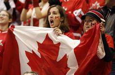 <p>Torcedores canadenses vibram durante jogo na Olimpíada de Inverno de Vancouver. REUTERS/Hans Deryk</p>