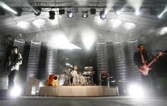 <p>Рок-группа Muse выступает в Сингапуре 16 января 2007 года. Группы Muse и Kasabian получил по две награды британского музыкального журнала NME на церемонии, прошедшей в эту среду. REUTERS/Vivek Prakash</p>