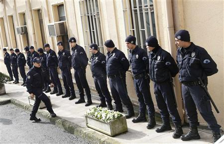 Turkish riot police stand guard at the entrance of a courthouse in Istanbul February 25, 2010. REUTERS/Murad Sezer