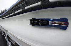 <p>Бобслейная четверка из США во время соревнований на Олимпиаде-2010 в Ванкувере 25 февраля 2010 года. Американский бобслеист Билл Шуффенхауэр, принимавший участие в соревнованиях Зимней Олимпиады в Ванкувере был арестован по обвинению в домашнем насилии, сообщила канадская полиция. REUTERS/Jim Young</p>