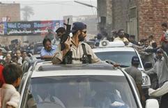 <p>Полиция организует проезд оппозиционного лидера Беназира Бхутто в Лахоре, Пакистан 12 ноября 2007 года. Жительница Пакистана родила девочку в автомобильной пробке, которая образовалась во время организации проезда президентского кортежа. REUTERS/Mian Khursheed</p>