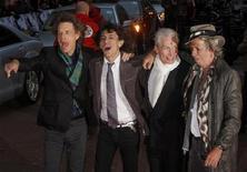 """<p>Британская рок-группа Rolling Stones на премьере своего нового фильма в Лондоне, 2 апреля 2008 года. Легендарные Rolling Stones, долгое время отказывавшиеся выпускать архивный материал, согласились включить 10 ранее неизданных песен в переиздание альбома """"Exile on Main Street"""", сообщили представители группы. REUTERS/Kieran Doherty</p>"""