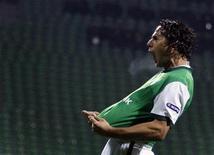 <p>O atacante Claudio Pizarro do Werder Bremen comemora gol contra Twente em jogo da Liga Europa em Bremen. Pizarro marcou três gols na vitória de 4 x 1, ajudando o time alemão a se classificar para as oitavas-de-final nesta quinta-feira. 25/02/2010 REUTERS/Christian Charisius</p>