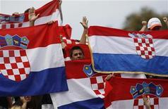 <p>Хорватские фанаты держат государственные флаги на матче турнира Australian Open в Мельбурне 21 января 2009 года. Хорватия отменит визы для туристов России, Украины и Казахстана в туристический сезон 2010 года, говорится в сообщении на сайте министерства иностранных дел балканской страны www.mvpei.hr. REUTERS/Darren Whiteside</p>