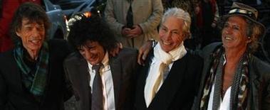 """<p>Imagen de archivo de la banda inglesa de rock Rolling Stones, en la premier de la película """"Shine A Light"""" en Londres. Abril 2 2008. Los Rolling Stones, que durante mucho tiempo se han resistido a editar material de archivo, incluirán 10 temas previamente inéditos en una próxima reedición de """"Exile on Main Street"""", dijeron el jueves representantes de la banda. REUTERS/Kieran Doherty/archivo</p>"""