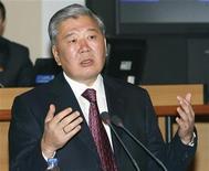 <p>Премьер-министр Киргизии Данияр Усенов выступает в парламенте страны в Бишкеке 21 октября 2009 года. Киргизия хочет присоединиться к Таможенному союзу, создаваемому Россией, Белоруссией и Казахстаном, сказал премьер-министр Киргизии Данияр Усенов на брифинге в Москве. REUTERS/Vladimir Pirogov</p>