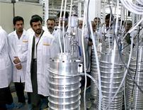 <p>Президент Ирана Махмуд Ахмадинежад осматривает центр по обогащению урана в Натанце, в 350 километрах к югу от Тегерана, 8 апреля 2008 года. Иран может прервать поставки нефти в европейские страны и направить ракеты на любую враждебную державу, заявил в воскресенье заместитель командующего Корпусом Стражей Исламской революции Хоссейн Салами. REUTERS/Presidential official website/Handout</p>