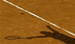 <p>Тень американской теннисистки Серены Уильямс, возглавившей рейтинг WTA, 16 мая 2003 года. Ассоциация женского тенниса (WTA) опубликовала в понедельник новый рейтинг лучших теннисисток планеты. REUTERS/Tony Gentile</p>