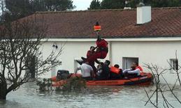<p>Жителей Ла-Рошели спасают на вертолете после сильнейших ураганов на западе Франции 28 февраля 2010 года. Более 50 человек погибли во Франции в эти выходные в результате сильнейшего урагана, сообщили представители местных властей. REUTERS/French Fire Brigade/Sylvain Roussillon</p>