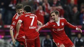 <p>Os jogadores do Bayern de Munique Thomas Mueller, Franck Ribery e Philipp Lahm comemoram o gol da partida contra o Hamburgo, em Munique, 28 de fevereiro de 2010. Com um gol tardio, Ribery deu ao Bayern de Munique uma vitória de 1 x 0 sobre o Hamburgo em casa que levou o time ao topo da primeira liga alemã. REUTERS/Michaela Rehle</p>