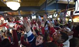 <p>Anthony DiNardo (C) and other fans celebrate Canada's men's hockey team winning the gold medal over the United States at the Vancouver 2010 Winter Olympics, as they watch the action at Wayne Gretzky's Restaurant in Toronto February 28, 2010. REUTERS/Adrien Veczan</p>