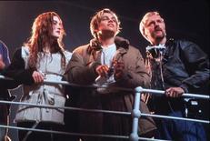 "<p>(Слева направо) Кейт Уинслет, Леонардо ДиКаприо и Джеймс Кэмерон на съемках фильма ""Титаник"". 2 марта 1998 года фильм ""Титаник"" режиссера Джеймса Кэмерона заработал $1 миллиард. REUTERS/HO Old</p>"