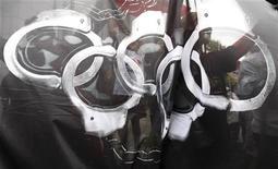 """<p>Члены организации """"Репортеры без границ"""" держат баннер во время Факельного шествия в Нагано, Япония, 26 апреля 2008 года. Россия давит на своих журналистов, чтобы те придерживались взглядов Кремля на подготовку к зимним Олимпийским играм 2014 года, препятствуя освещению экологических проблем, сообщает ведущая группа, выступающая за свободу слова. REUTERS/Issei Kato</p>"""