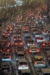 <p>Машины стоят в пробке во время снегопада в Москве 7 декабря 2009 года. Предновогодний декабрь 2009 года стал в Москве самым тяжелым месяцем для автомобилистов за всю историю наблюдений, заставив водителей потратить на дорогу с работы вдвое больше времени, говорится в исследовании Яндекс.Пробки, опубликованном во вторник. REUTERS/Mikhail Voskresensky</p>