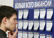 <p>Мужчина читает объявления на ярмарке вакансий в Москве 26 мая 2009 года. Напряженность в сфере трудоустройства в РФ растет с начала 2010 года, а тема безработицы не волнует лишь треть населения страны, сообщила государственная социологическая служба - ВЦИОМ. REUTERS/Denis Sinyakov</p>