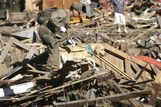 <p>Кинолог исследует завалы пострадавшего от землетрясения города Конститусьон, Чили 2 марта 2010 года. Чилийские спасатели и кинологи обследуют завалы пострадавшего в минувшую субботу от сильных подземных толчков города Консепсьон в поисках выживших и погибших под руинами. REUTERS/Carlos Vera</p>