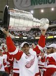 """<p>Крис Челиос из """"Детройта"""" держит Кубок Стэнли после победы над """"Питтсбургом"""", Питтсбург 4 июня 2008 года. """"Атланта"""" дала возможность 48- летнему защитнику Крису Челиосу вновь появиться на льду в матче Национальной хоккейной лиги. REUTERS/Shaun Best</p>"""