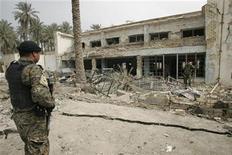<p>Полицейский смотрит на разрушенное в результате взрыва здание в Баакубе, Ирак 3 марта 2010 года. Как минимум 31 человек погиб и 48 получили ранения в результате серии взрывов в иракском городе Баакубе в провинции Дияла накануне парламентских выборов. REUTERS/Helmiy al-Azawi</p>