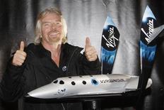 <p>Ричард Брэнсон демонстрирует модель космического пассажирского корабля SpaceShipTwo в Нью-Йорке 23 января 2008 года. Virgin Galactic планирует начать испытательные полеты в космос в 2011 году, но не нуждается в дополнительном финансировании после продажи части акций эмиратской Abaar в прошлом году, сообщил в среду исполнительный директор компании Уилл Уайтхорн. REUTERS/Chip East</p>