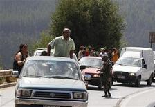 <p>Жители Чили уехжают в гораные районы с побережья страны в городе Конститусьон 3 марта 2010 года. Напуганные повторными подземными толчками жители прибрежных городов в Чили пытаются укрыться на возвышенностях, опасаясь возвращения сильных волн, спустя пять дней после того, как сильное землетрясение унесло жизни более 800 чилийцев. REUTERS/Enrique Marcarian</p>