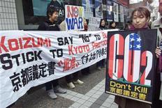 <p>Японские защитники окружающей среды устраивают демонстрацию по поводу отказа США подписать Киотский протокол в Токио 17 февраля 2002 года. 4 марта 2002 года страны-члены Европейского союза обязались выполнять условия Киотского протокола, который предписывает сокращение объемов эмиссии газов, вызывающих глобальное потепление климата. США отказались подписывать протокол, сославшись на причины экономического характера. REUTERS/Toshiyuki Aizawa</p>