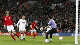 <p>Игрок сборной Англии Питер Крауч забивает мяч в ворота Египта во время товарищеского матча в Лондоне 3 марта 2010 года. Испания, Аргентина и Англия добились психологически важных побед в товарищеских матчах, прошедших в среду. REUTERS/Darren Staples</p>