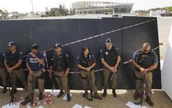 <p>Полицейские контролируют демонстрацию рабочих в Кейптауне 9 июля 2009 года. Южноафриканская полиция использовала водяные пушки в четверг, чтобы разогнать группы протестующих студентов йоханнесбургского университета, требующих от правительства бесплатное высшее образование для бедных. REUTERS/Mike Hutchings</p>