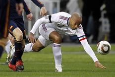 <p>Henry cai durante partida contra Espanha. O capitão da seleção francesa, Thierry Henry, disse que compreendia porque recebeu vaias repetidas da torcida durante a derrota de sua equipe por 2 x 0 para a Espanha num amistoso de preparação para a Copa do Mundo, na quarta-feira, no Stade de France.03/03/2010.REUTERS/Charles Platiau</p>