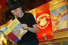 <p>Jovem leitor senta em frente a uma livraria em West Hampstead, em Londres, em 2003. Harry Potter superou o Código da Vinci em uma pesquisa sobre os livros favoritos dos britânicos para passar à próxima geração. 21/06/2003 REUTERS/Michael Crabtree</p>