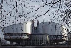 <p>Европейский суд по правам человека в Страсбурге 4 марта 2010 года. Европейский суд по правам человека в четверг начал рассматривать иск бывших руководителей обанкротившейся нефтяной компании ЮКОС к России на рекордную сумму $98 миллиардов. REUTERS/Vincent Kessler</p>