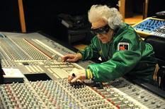 <p>Британский DJ Рут Флауэрс на звукозаписывающей студии в Париже 3 марта 2010 года. Настоящей DJ-принцессой ночных клубов Франции стала старушка из Великобритании, которая уже как четыре года не устает крутить винил на самых престижных фестивальных площадках. REUTERS/Philippe Wojazer</p>