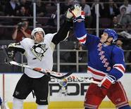 """<p>Нападающий """"Питсбурга"""" Сидней Кросби (слева) и защитник """"Рейнджерс"""" Дэн Джирарди тянутся к шайбе в матче регулярного чемпионата НХЛ в Нью-Йорке 4 марта 2010 года. """"Питсбург"""" вырвал победу у """"Рейнджерс"""" в дополнительное время в напряженном матче регулярного чемпионата Национальной хоккейной лиги, завершившемся со счетом 5-4. REUTERS/Ray Stubblebine</p>"""