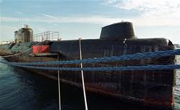 <p>Российская подводная лодка U484, спроектированная в Советском Союзе в конце 1950-х годов, 21 декабря 1999 года. Албания продаст на металлолом две из своих четырех подводных лодок советского производства, чтобы избежать их самостоятельной гибели в водах Адриатического моря, сообщил в четверг вечером пресс- секретарь министерства обороны страны. REUTERS/STR New</p>