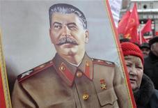 <p>Российские сторонники коммунизма несут портрет Иосифа Сталина в центре Москвы, 23 февраля 2010 года. Некоторые значительные события в мировой истории, которые произошли 5 марта. REUTERS/Alexander Natruskin</p>