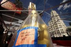 <p>A large Oscar statue stands covered on the red carpet in preparation for the the 82nd Academy Awards in Hollywood, March 4, 2010. REUTERS/Lucas Jackson</p>