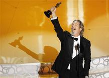 """<p>Ator Jeff Bridges comemora ao receber o Oscar de melhor ator por seu papel em """"Coração Louco"""" durante a 82a edição do Oscar em Hollywood. 07/03/2010 REUTERS/Gary Hershorn</p>"""