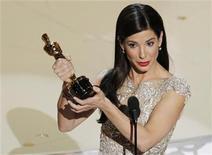 """<p>La actriz Sandra Bullock acepta el Oscar a Mejor Actriz por su rol en """"The Blind Side"""" durante la entrega de los premios de la Academia de Artes y Ciencias Cinematográficas en Hollywood, mar 7 2010. REUTERS/Gary Hershorn (UNITED STATES)</p>"""