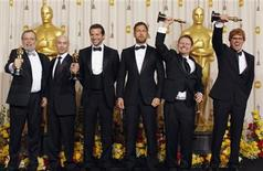 """<p>El equipo de efectos especiales de la película """"Avatar"""" luce sus premios Oscar en el backstage de la edición 82 de los Premios de la Academia, en Hollywood. Marzo 7 2010. REUTERS/Lucy Nicholson</p>"""