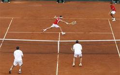 <p>Capdeville devolve bola em partida pela Copa Davis. A equipe chilena de Copa Davis avançou nesta segunda-feira para as quartas-de-final do Grupo Mundial ao alcançar uma vantagem inalcançável de 3 a 1 no confronto com Israel, após a vitória do tenista da casa Fernando González contra Dudi Sela.07/03/2010.REUTERS/Eliseo Fernandez</p>