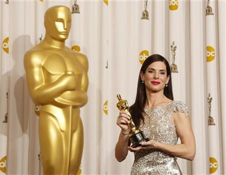 Best actress winner Sandra Bullock for the film ''The Blind Side,'' displays her Oscar at the 82nd Academy Awards in Hollywood March 7, 2010. REUTERS/Lucy Nicholson