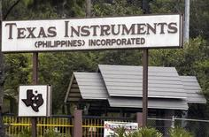 <p>Texas Instruments a relevé le jalon bas de ses prévisions pour le bénéfice et le chiffre d'affaires du trimestre en cours grâce à une meilleure demande de puces. /Photo d'archives/REUTERS</p>