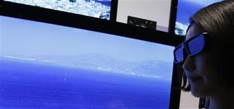 <p>Sony lancera en juin ses premiers modèles de téléviseurs 3D, entrant ainsi sur un nouveau segment de marché déjà très convoité, dans lequel les constructeurs espèrent trouver un nouveau relais de croissance. /Photo prise le 9 mars 2010/REUTERS/Yuriko Nakao</p>