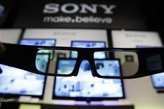 <p>9 marzo 2010. Occhiali 3D davanti al nuovo televisore 3D della Sony, durante la presentazione a Tokyo. REUTERS/Yuriko Nakao</p>