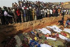 <p>Жители деревни Дого Нахава хоронят жертв религиозного конфликта, Нигерия 8 марта 2010 года. Жители трех деревень в центральной части Нигерии начали хоронить в братской могиле тела жертв межрелигиозного столкновения, которое потрясло страну 7 марта. Большинство погибших - дети и женщины. REUTERS/Akintunde Akinleye</p>