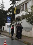 <p>Полицейские стоят напротив украинского консульства в Стамбуле 9 марта 2010 года. Охранник украинского консульства в Стамбуле ранил человека, по предположительным данным пытавшегося пронести на территорию консульства бомбу, сообщили СМИ во вторник. REUTERS/Osman Orsal</p>